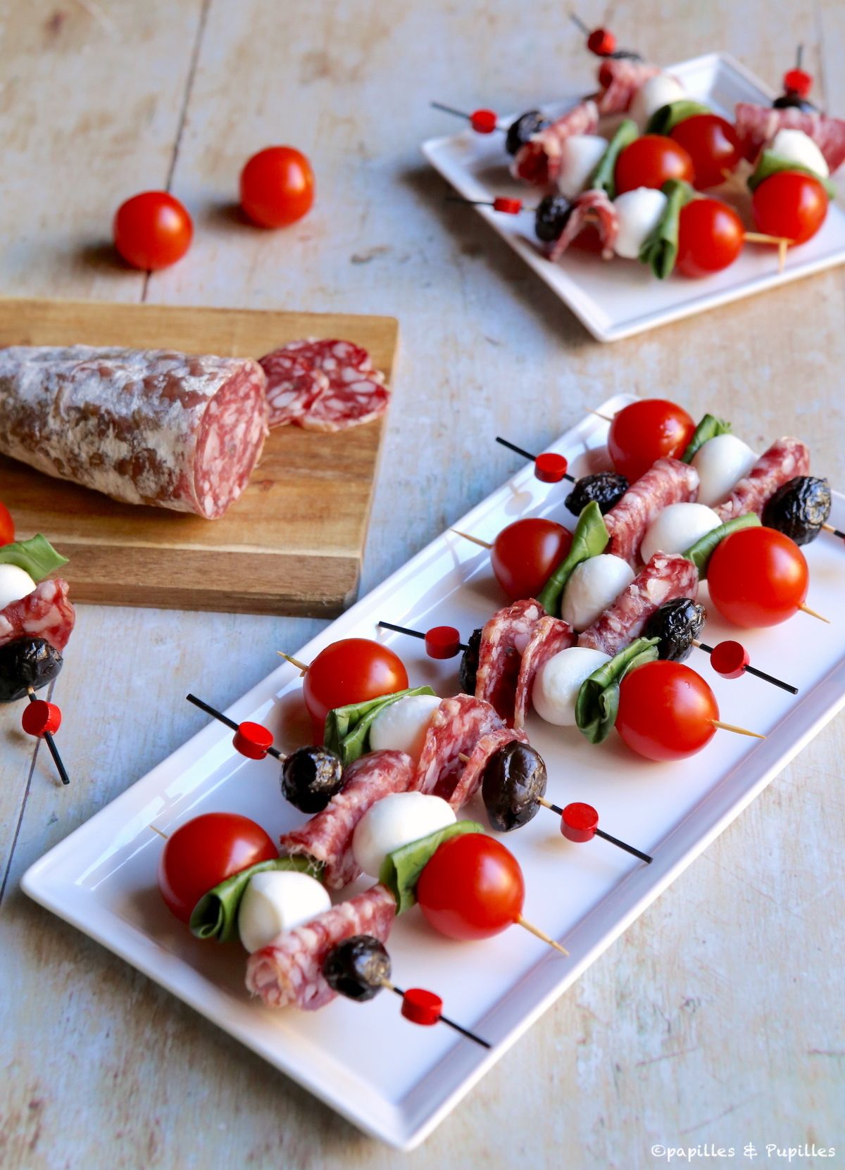 Brochettes apéritives saucisson, tomates, mozzarella