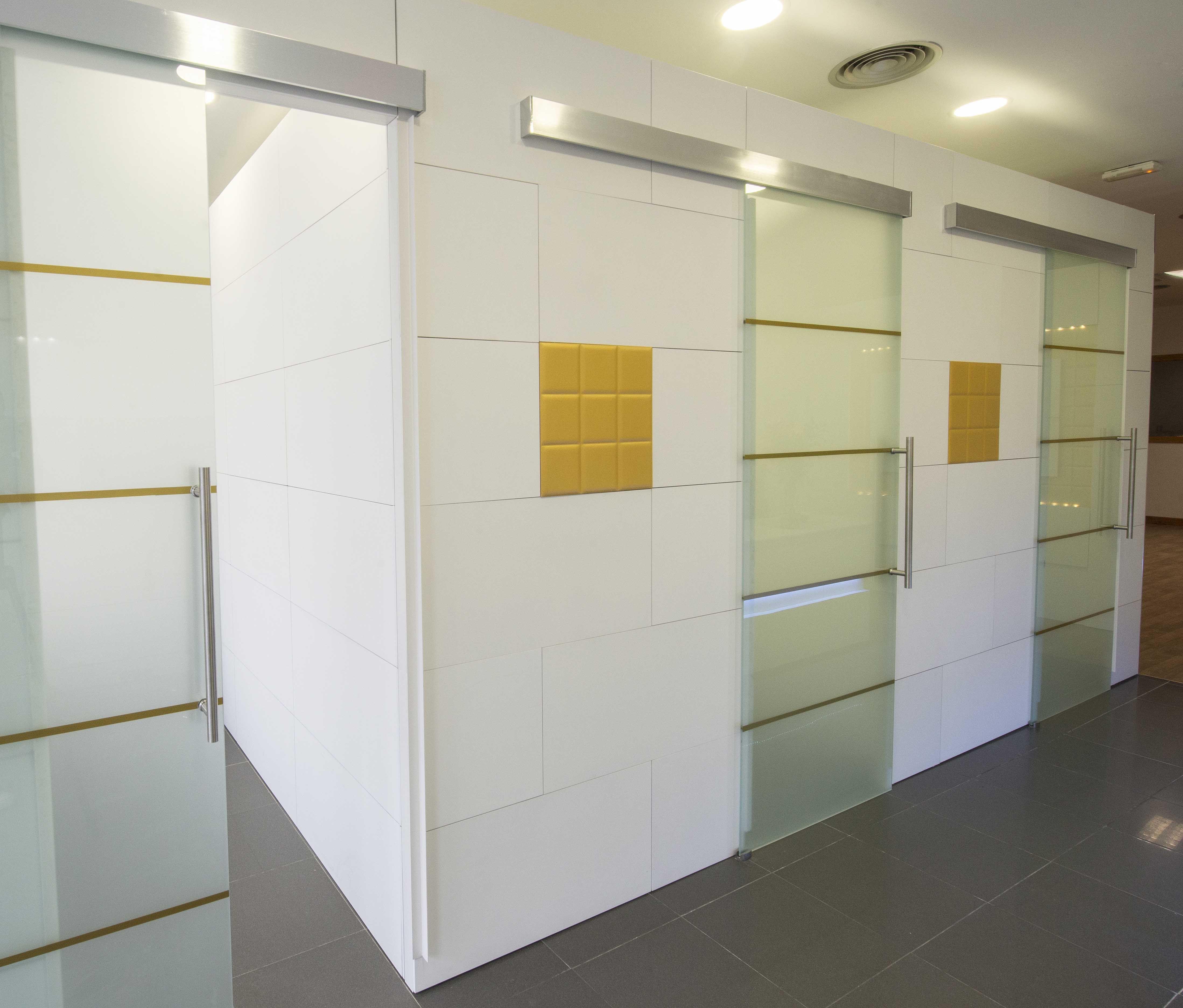 Tabiques separadores de ambientes de serastone para centro for Decoracion centro estetica