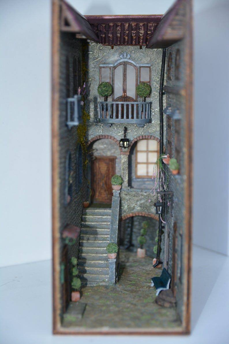 Livre coin étagère insérer l'art Monde caché de vieux patio Italie - Booknook ruelle est original cadeau amant livre