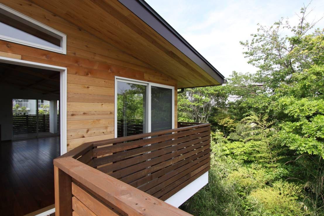 アトリエグローカル一級建築士事務所 の 北欧風 家 回廊テラスで緑と接する2世帯住宅