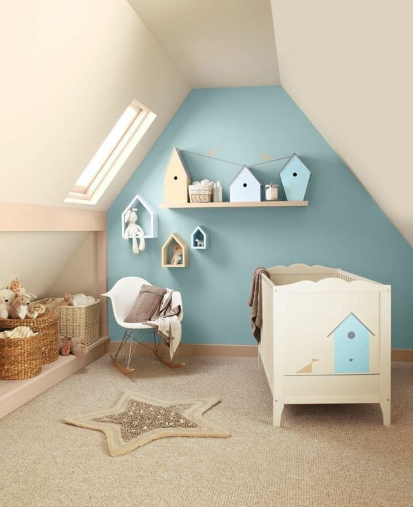 s es babyzimmer mit h uschen dekor in pastell t rkis mit naturfarbenem teppich und schr gen. Black Bedroom Furniture Sets. Home Design Ideas