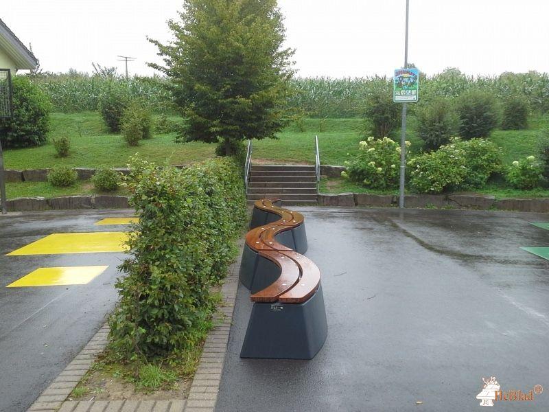 Betonbank DeLuxe Antraciet Ovaal bij Grundschule Wolperath-Schönau in Neunkirchen-Seelscheid