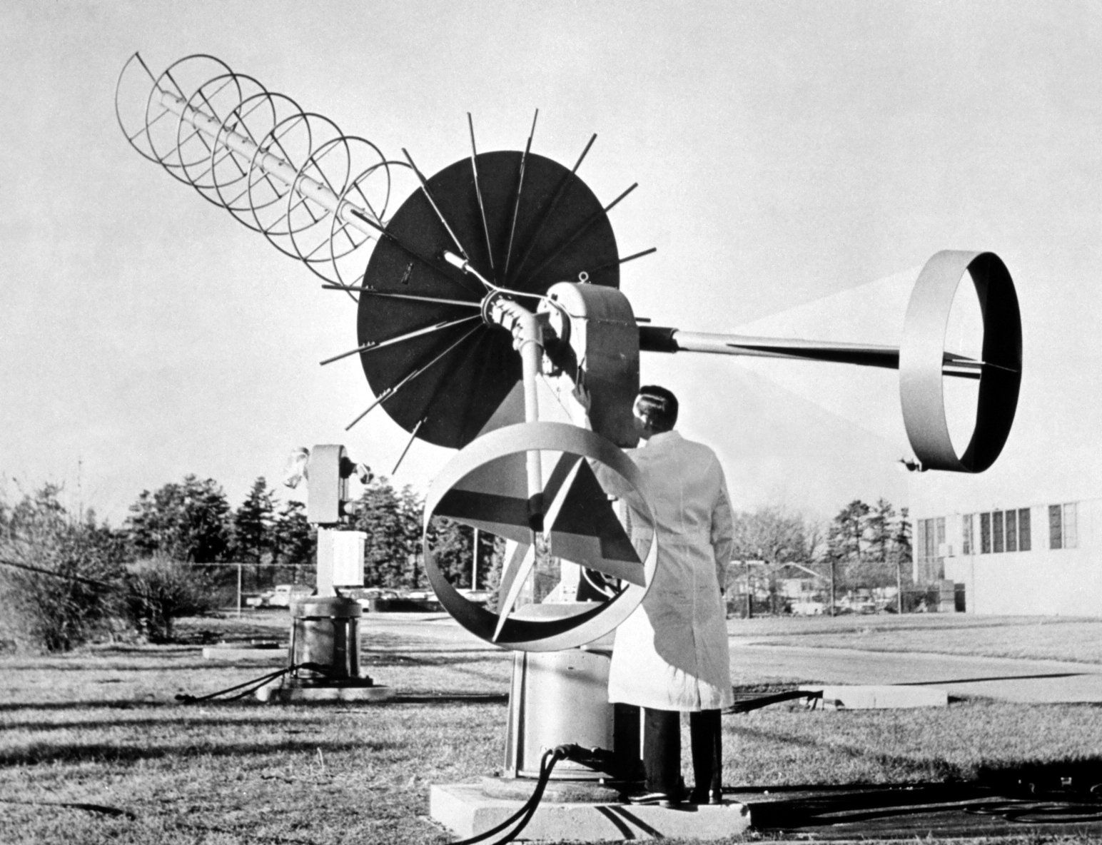 A manual tracking 13 db heliz antenna designed to receive TIROS picture information from the Automatic Picture Transmission (APT) system.