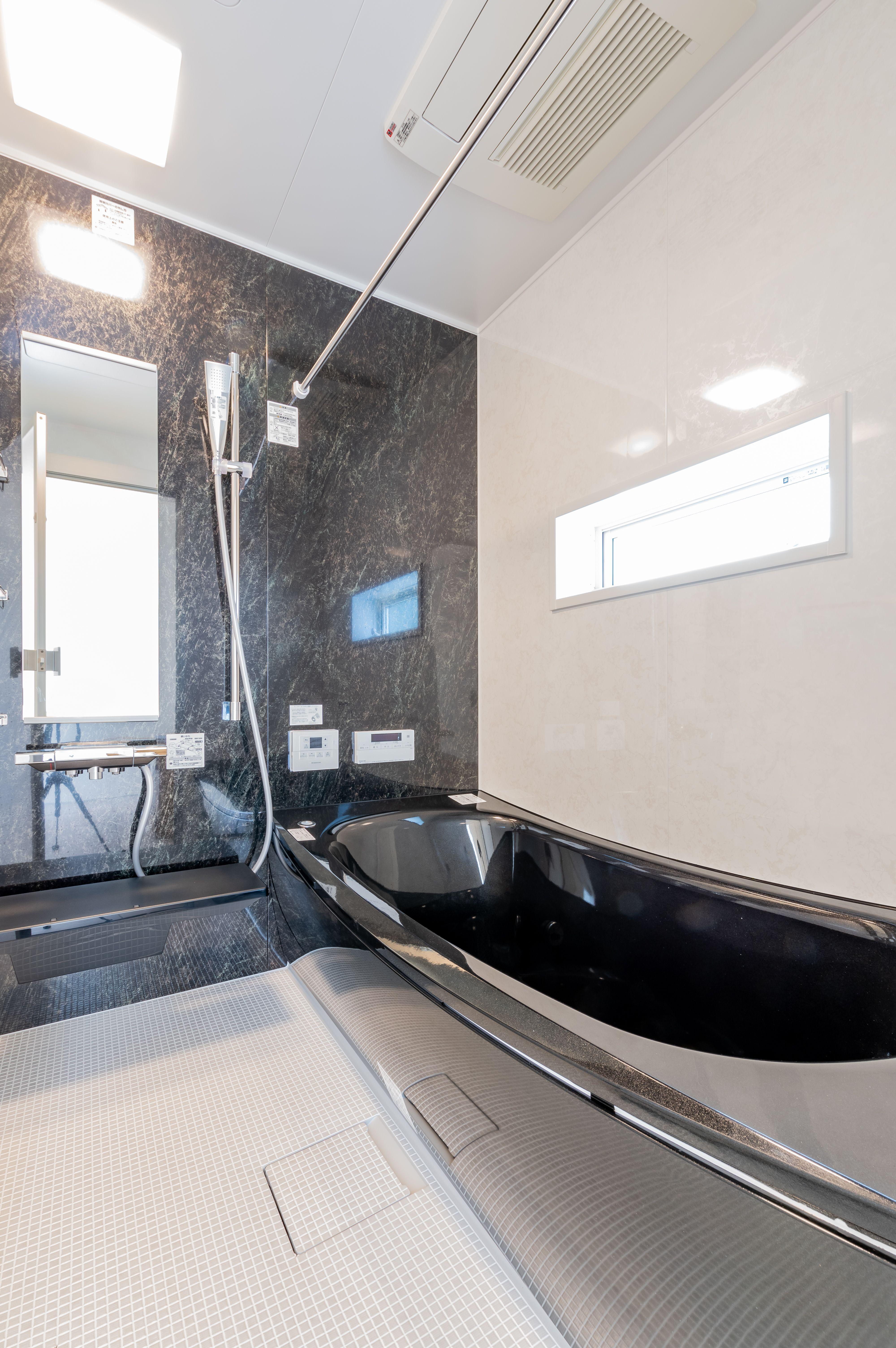 黒を基調としたかっこいいバスルーム ラメ入り浴槽が かっこよさだけでなく華やかさをプラスします 浴室 おしゃれ 浴室 デザイン バスルームのアイデア