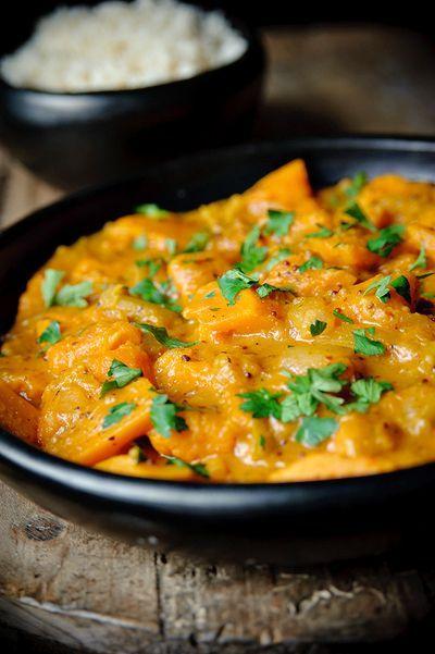 Pittige pompoencurry       Bereiden:Verhit de olie en voeg de mosterdzaadjes en chilivlokken toe. Zodra de mosterdzaadjes beginnen te poppen roer je de gehakte ui erdoor. Fruit de ui op middelhoog vuur ca. 5 minuten. Doe de gember en knoflook erbij en bak kort mee. Roer de kerriepoeder, sereh poeder (citroengras), en de komijn door de uien en bak 30 seconden mee. Doe de pompoen erbij.