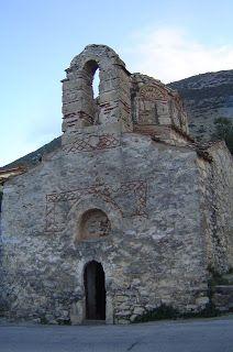 : 65 χωριά της Μάνης, το ένα πιο όμορφο, πιο ιστορικό από τα άλλο - Νομιτσί, Βυζαντινό εκκλησάκι πάνω στο δρόμο