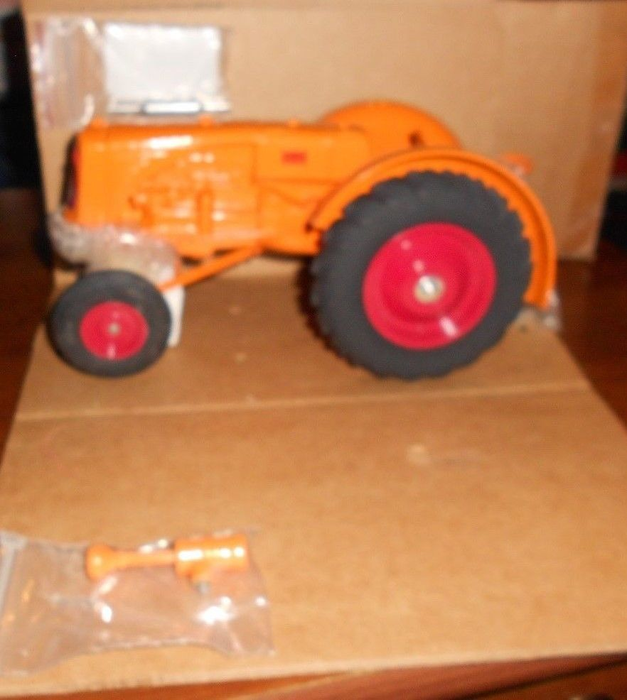 1:16 Minneapolis Moline 445 Narrow Front Toy Tractor SpecCast SCT 627