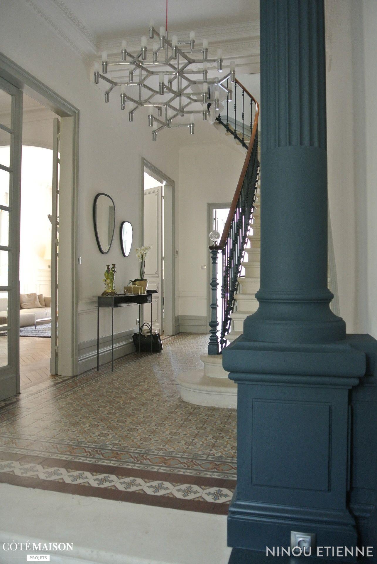 Cette entrée mixe le style traditionnel avec des pièces modernes ...