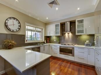 Modern ushaped kitchen design using hardwood Kitchen Photo