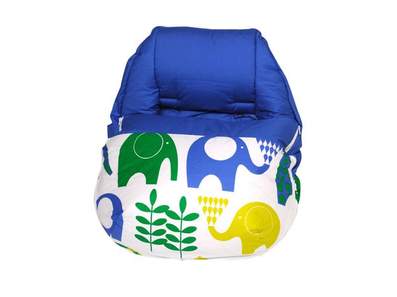 El saco portabebés sin capota Pipper India tiene un original diseño de elefantes verdes, azules y pistachos sobre fondo blanco.  El interior es azul.  Es de algodón, salvo el relleno que es poliéster.  Es muy versátil ya que se adapta prácticamente a todos los capazos de los cochecitos.  Se le puede quitar el cubre, por lo que se puede utilizar también en otoño y primavera.  Es de Sal de Cocó, y lo podéis encontrar en:  http://www.aqinteriores.es/bebes-y-ninos-5/sacos-portabebes-9/