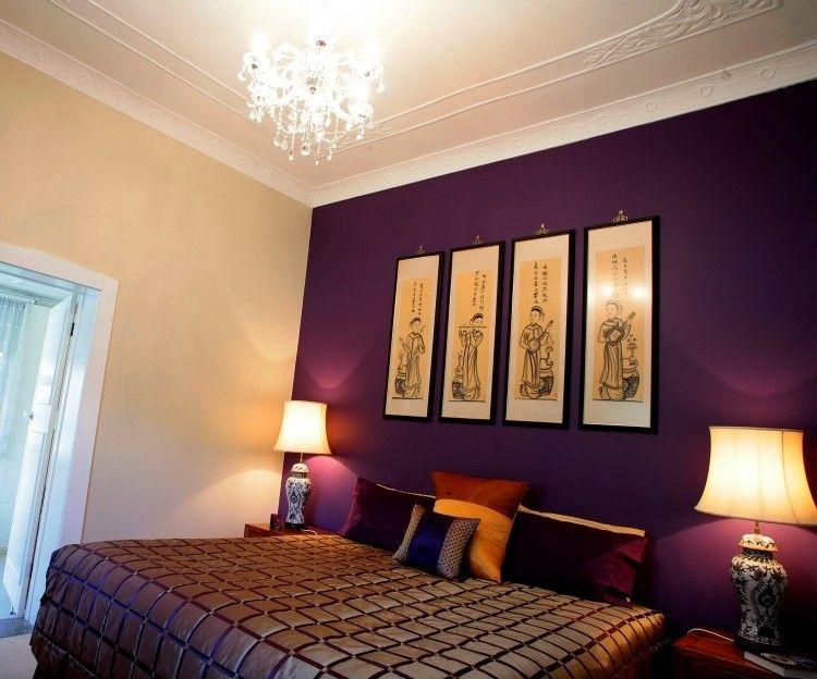 edles Schlafzimmer mit Stuck und Kronleuchter mit Wand in Violett ...
