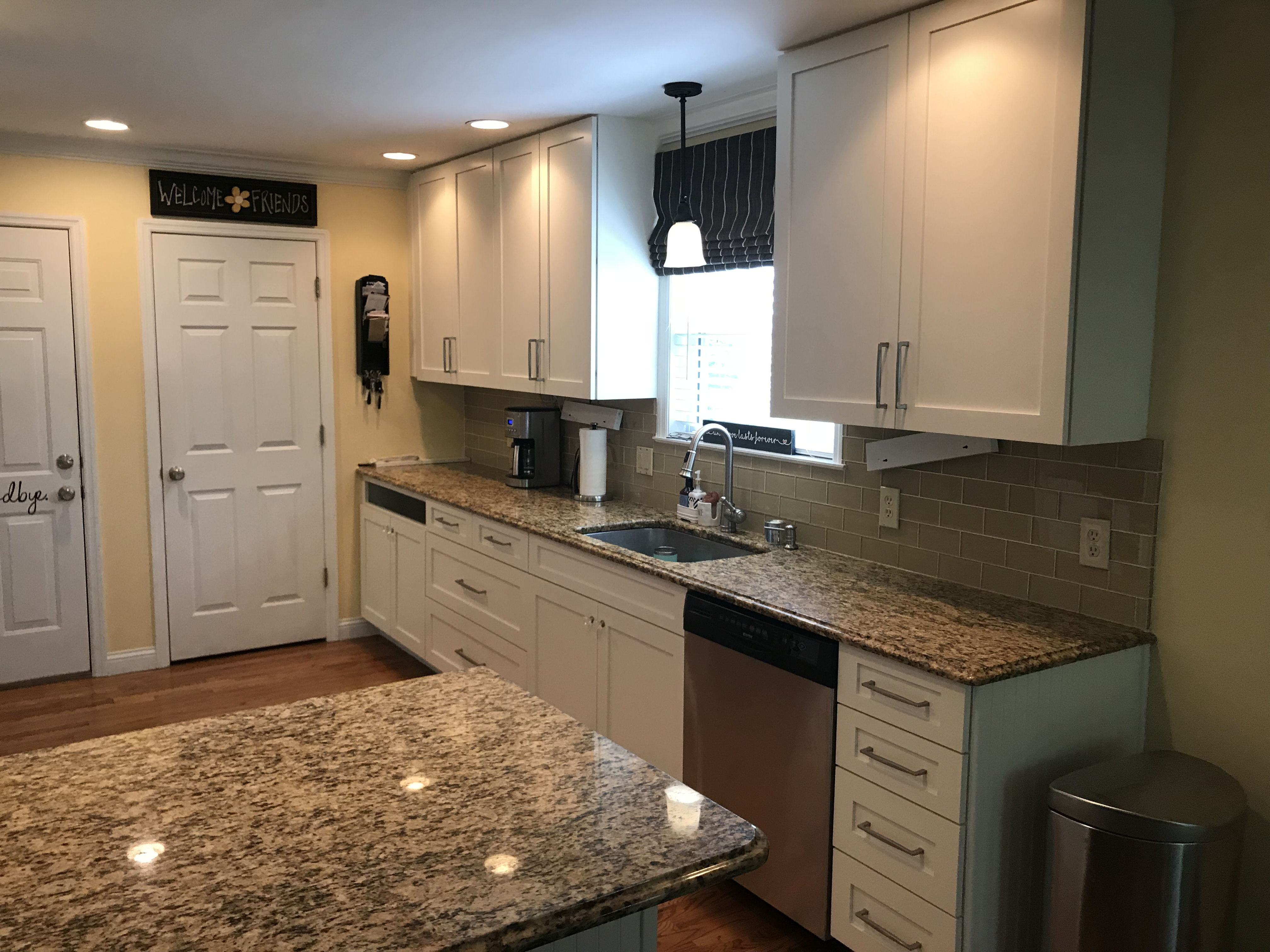 Santa Cecilia Granite Sw Alabaster Shaker Cabinets Brushed