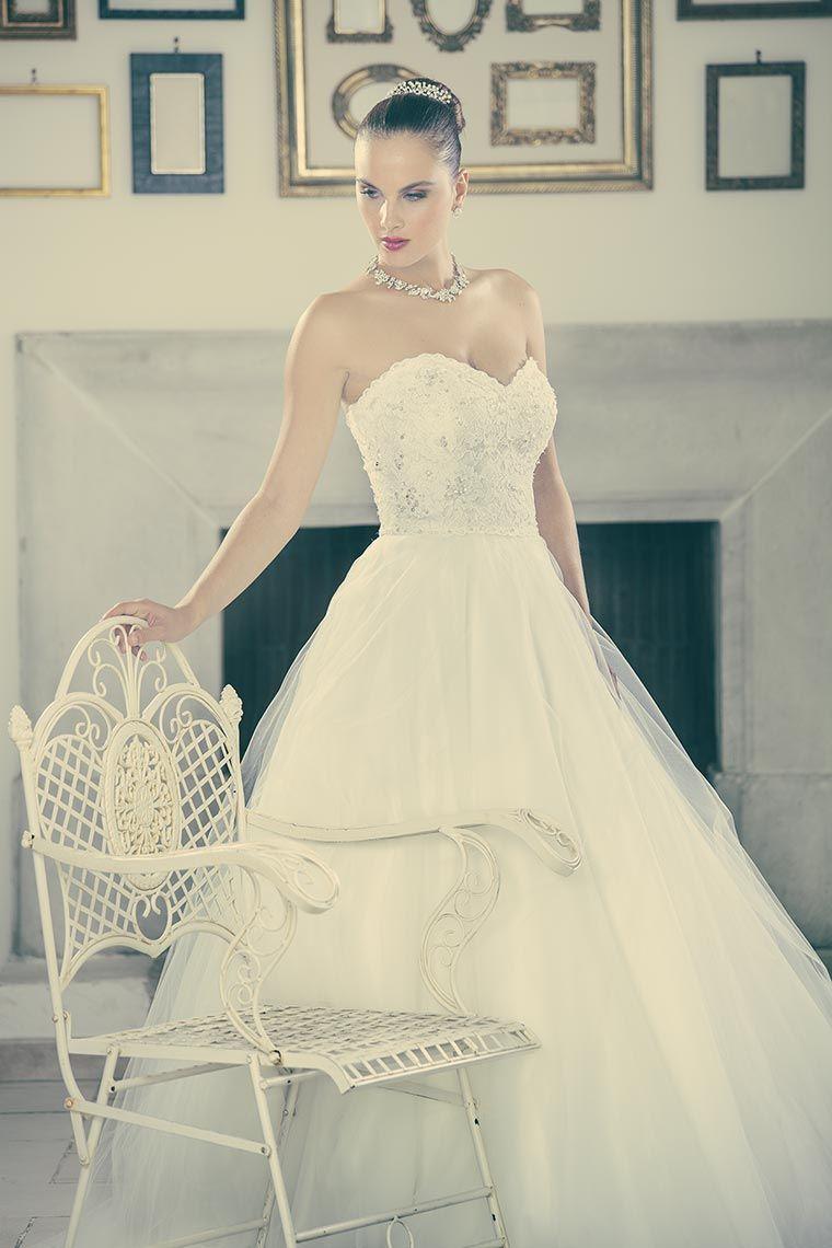 f417c2f2d164 Romantico abito da sposa in tulle di seta con corpetto dallo scollo a cuore  interamente in pizzo rebrodè con cristalli e gemme preziose.
