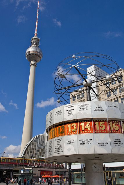 Fernsehturm Und Weltzeituhr Am Alexanderplatz Tv Tower And World Clock At Alexanderplatz 1 Places To See Berlin Potsdamer Platz