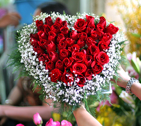 beautiful heart shape flowers on valentines with red roses. awe, Ideas