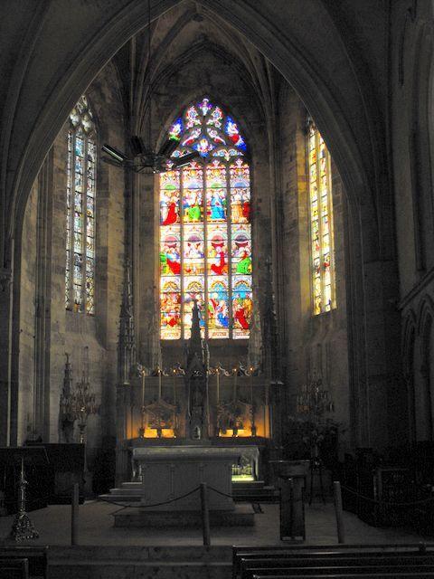 Vitraux de l'Eglise Collégiale, Saint-Emilion- 2) LEON DROUYN, VITRAUX: C'est la verrière du centre qui a le plus souffert. Dans ses compartiments flamboyants, on aperçoit au sommet un écusson aux armes de France entouré du cordon de st Michel; dans 4 autres compartiments, des anges portant les instruments de la Passion; dans le plus grand, au milieu, Dieu le Père en vieillard coiffé d'une tiare bénissant de la main droite, et portant dans la main gauche la boule du monde surmontée d'une…