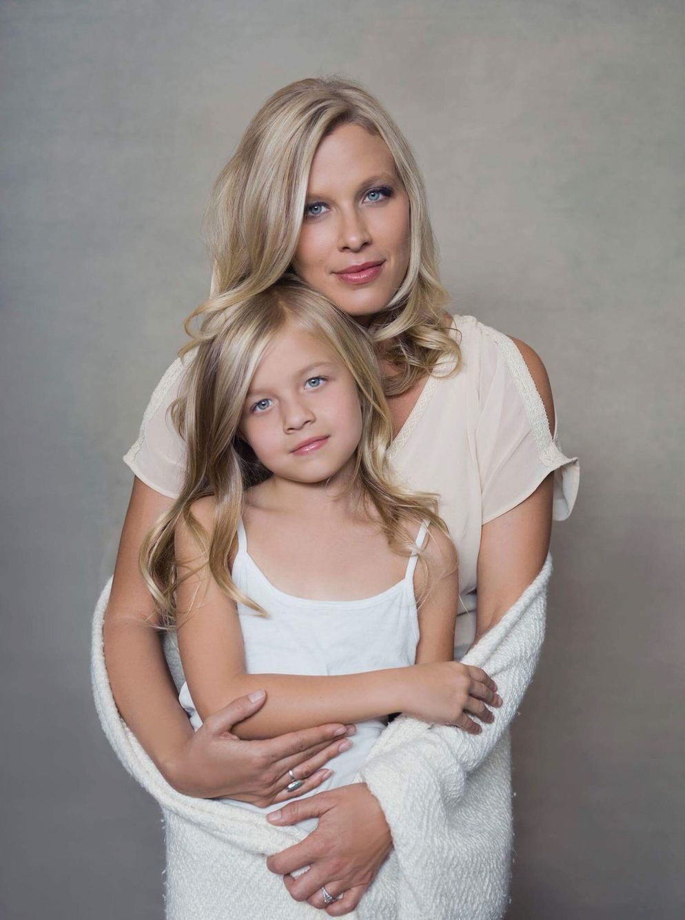 Sue Bryce Mother And Young Daughter Glamour Portraiture - Mother captures childhood joy photographs daughter