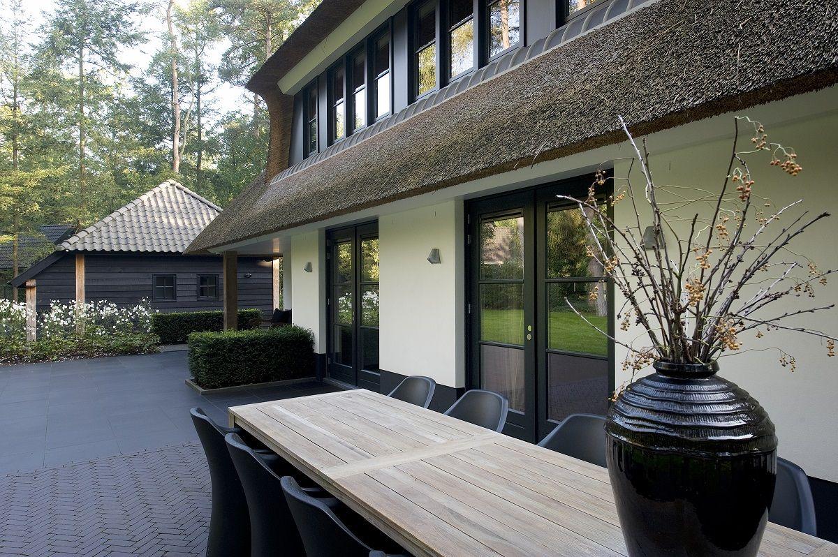 Prachtig gelegen in het groen is deze moderne rietgedekte villa