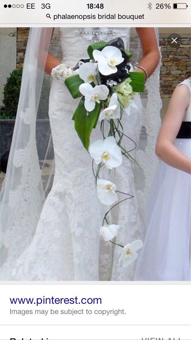 El peyton Dress está adornado con flores blancas de