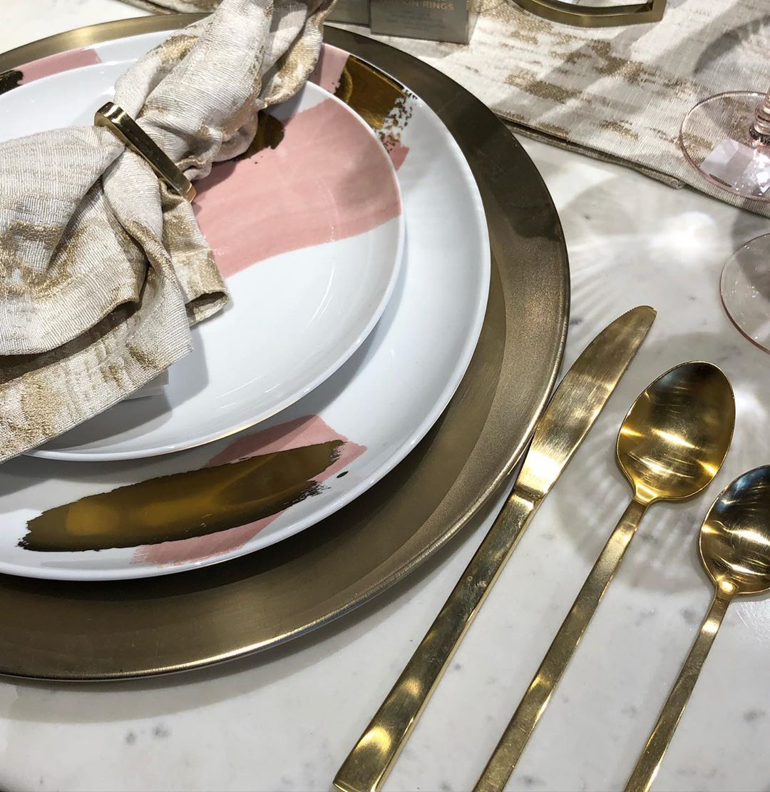✨Add some glam to your tabletop this holiday season!