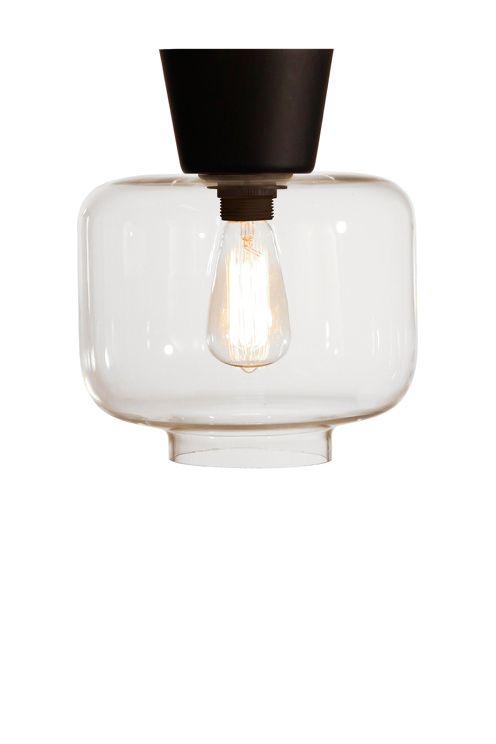 Plafondi läpikuultava lasia, mattamusta sokka ja ripustuskoukku. Korkeus 26 cm. Halkaisija 25 cm. Lampunpidike E27, leveä kanta. Enintään 60 W. Suositellaan Edison G44 -lamppua. Design: Tess Palm.