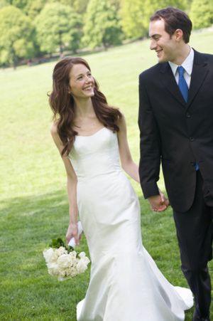 Etiqueta para una boda semiformal: Un vestido de novia chic y ...