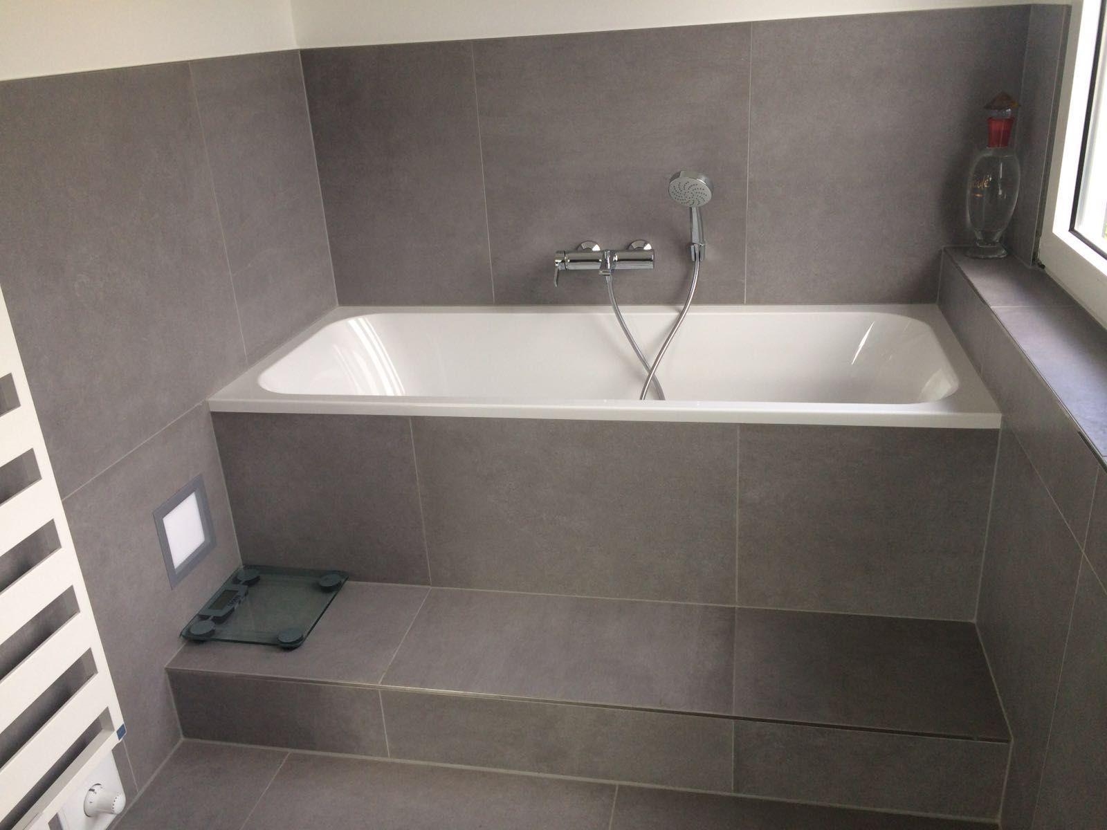 Badezimmer Fliesen grau Badewanne Fliesen Betonoptik ...