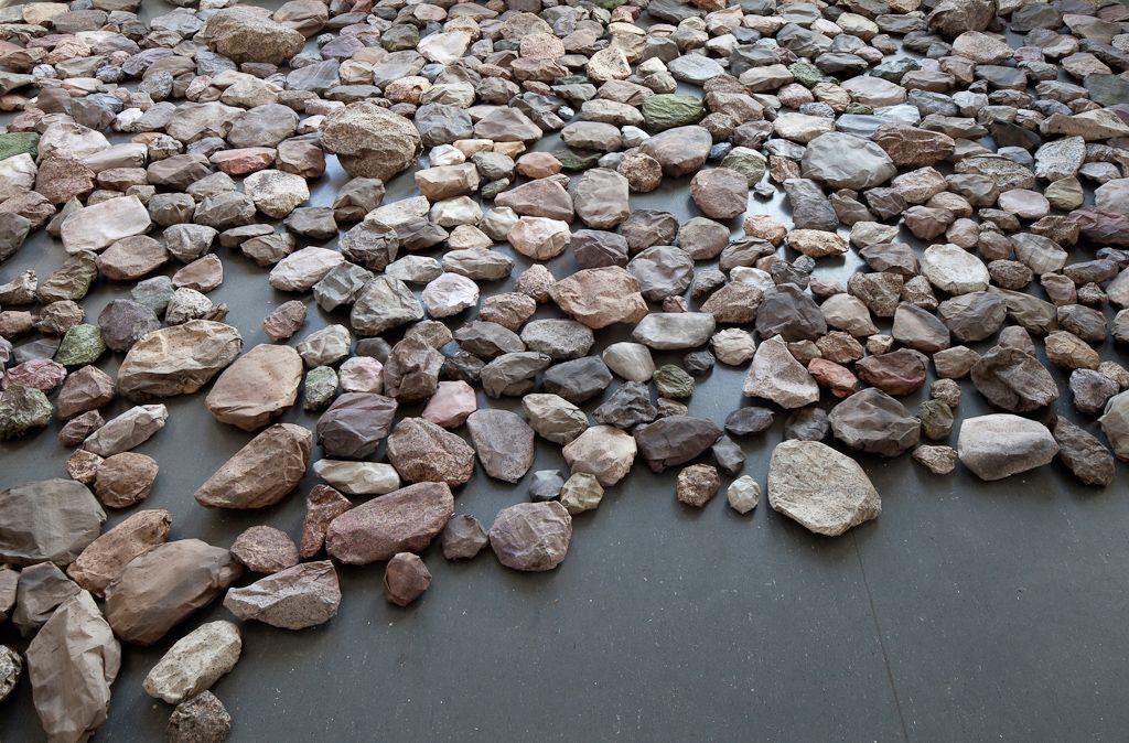 Maija Närhinen      Maija Närhinen leikittelee materiaaleilla niin että tuntuu kuin pelaisi kivi-paperi-