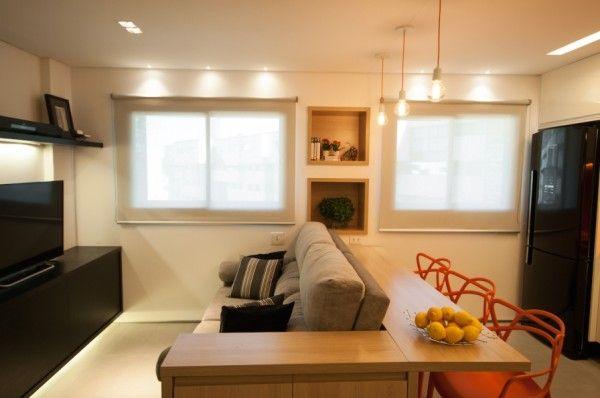 A sala e a cozinha ficam no mesmo ambiente e s u00e3o separadas pelo sofá + aparador de madeira em u201cL  -> Decoração De Sala De Jantar E Estar No Mesmo Ambiente