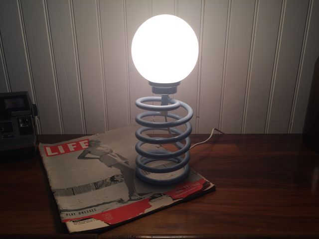 une pi ce iconique du design du xx si cle la lampe ressort ou lampe spirale du designer ingo. Black Bedroom Furniture Sets. Home Design Ideas