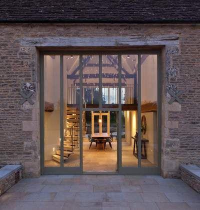 Eine alte Farm in England, Glasfront, griße Glastür, Modern und