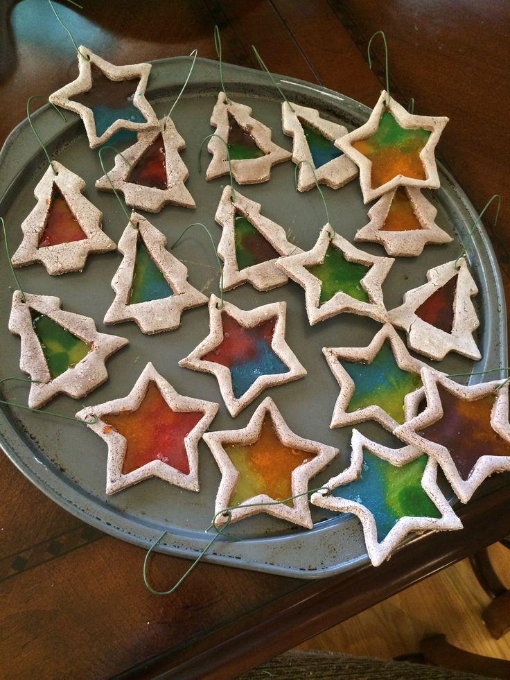 Glasmalerei Cookie Ornamente mit Zimtsalz Teig   - Weihnachtsdeko - #Glasmalerei #mit #Ornamente #quotCookiequot #Teig #Weihnachtsdeko #Zimtsalz #weihnachtsdekobastelnmitkindern