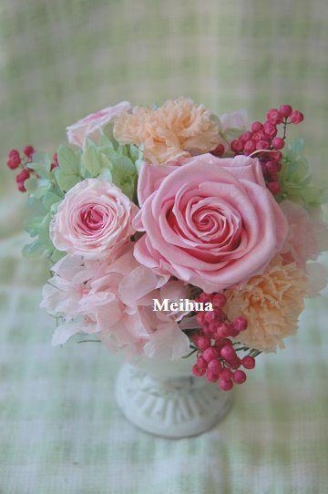 ピンクをメインに可愛く仕上げたアレンジ。ご結婚お祝い花電報。