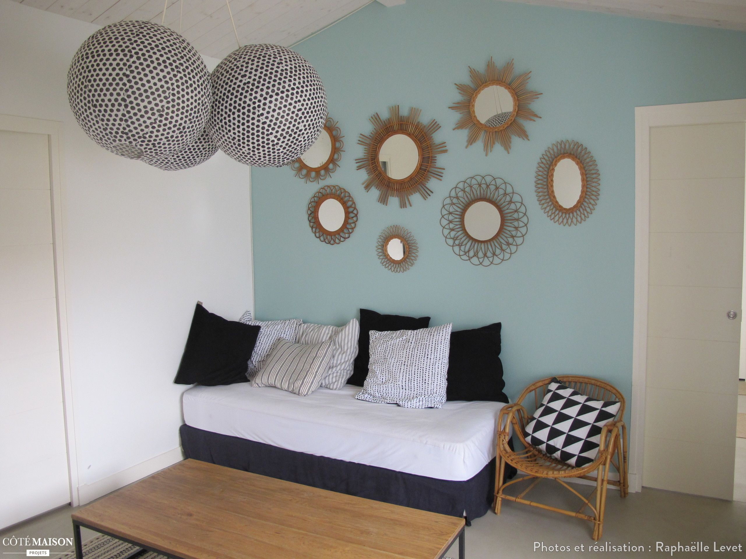 Petit Salon Avec Peinture Murale Bleu Clair Et Miroirs En