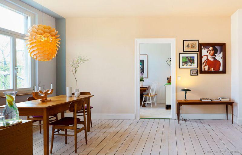 das esszimmer in einem der design apartments weimar ist in einem hellen creme beige gestrichen. Black Bedroom Furniture Sets. Home Design Ideas
