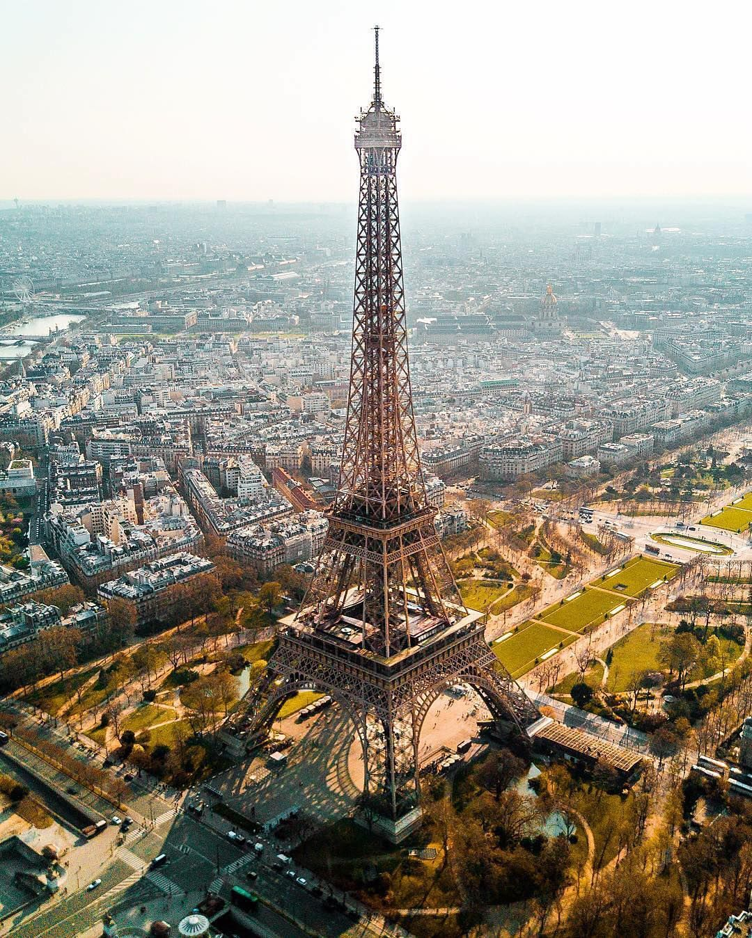 La Tour Eiffel Est Une Tour De Fer Puddle De 324 Metres De Hauteur Situee A Paris A L Extremite Nord Ouest Du Parc Du Ch Paris Paris Tour Eiffel Eiffel Tower