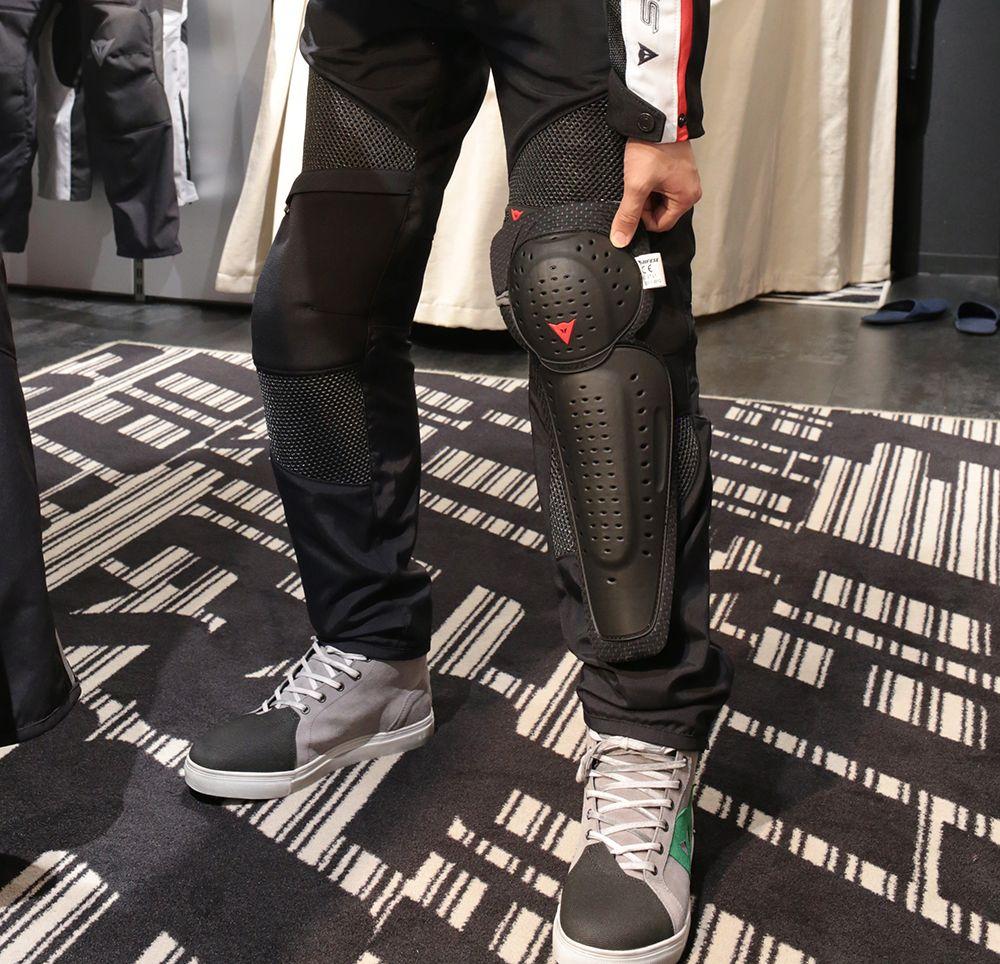 CE規格認可済みの膝プロテクター。メッシュパンツとしては珍しい、膝〜すね全体をカバーするスグレモノ。