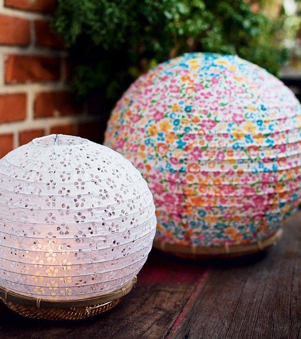 Peneiras de palha ajudam na iluminação servindo de base para lanternas de papel. Apoie o arranjo no chão e use lanternas de LED