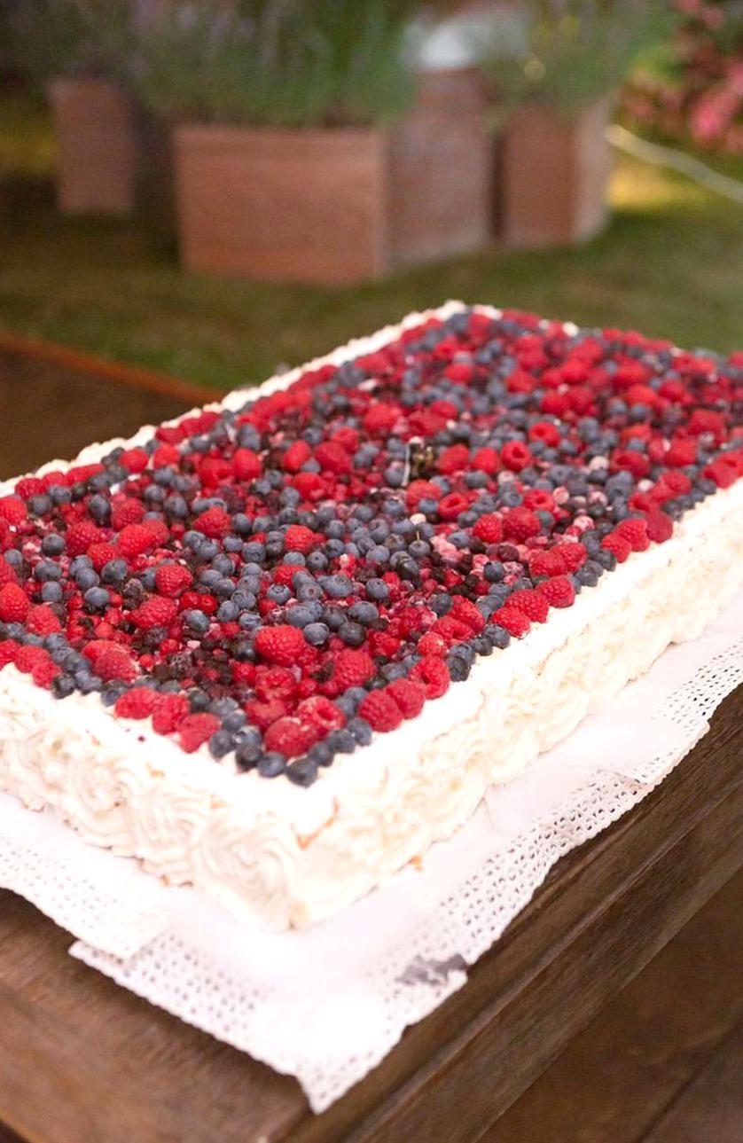 Beautiful sheet cake with berries … in 2020 Sheet cake