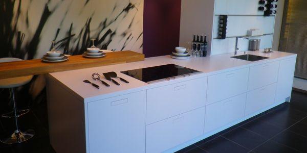 NX850 Polarwit van next125 mooie houten bar liggend op keukenblad