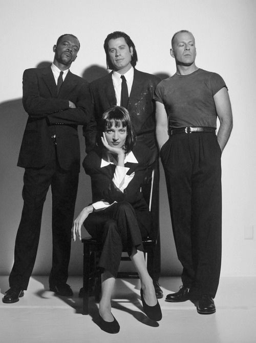 O elenco de Pulp Fiction em foto promocional para o filme. O cinema disposto em todas as suas formas. Análises desde os clássicos até as novidades que permeiam a sétima arte. Críticas de filmes e matérias especiais todos os dias. #filme #clássico #cinema #ator #atriz