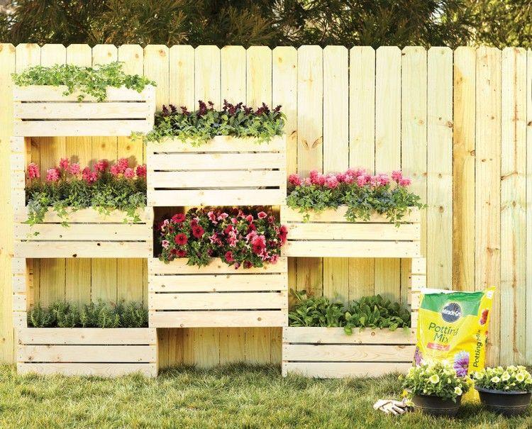 jardin vertical sur le balcon avec jardinières en bois clair ...