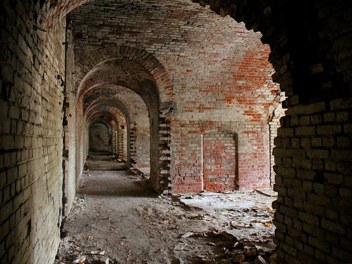 Коридор внутри форта, в его конце — туалеты