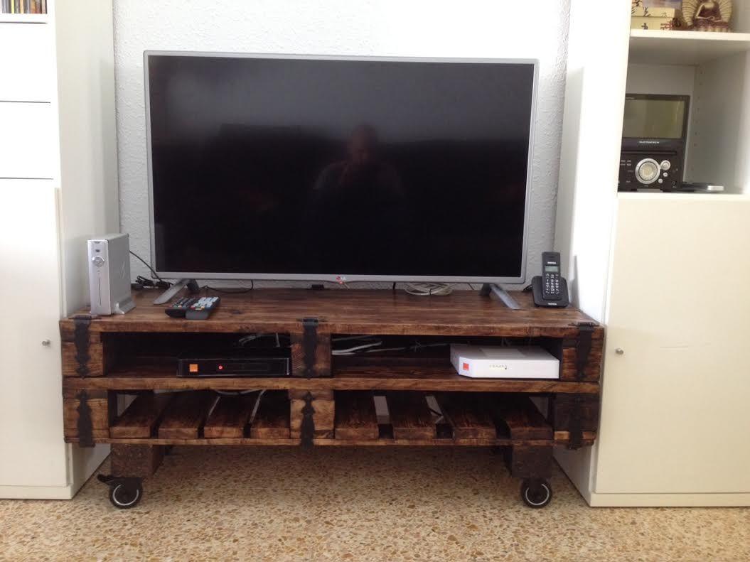Un mueble para la televisi n hecho con palets diys for Fabricacion de muebles de palets de madera