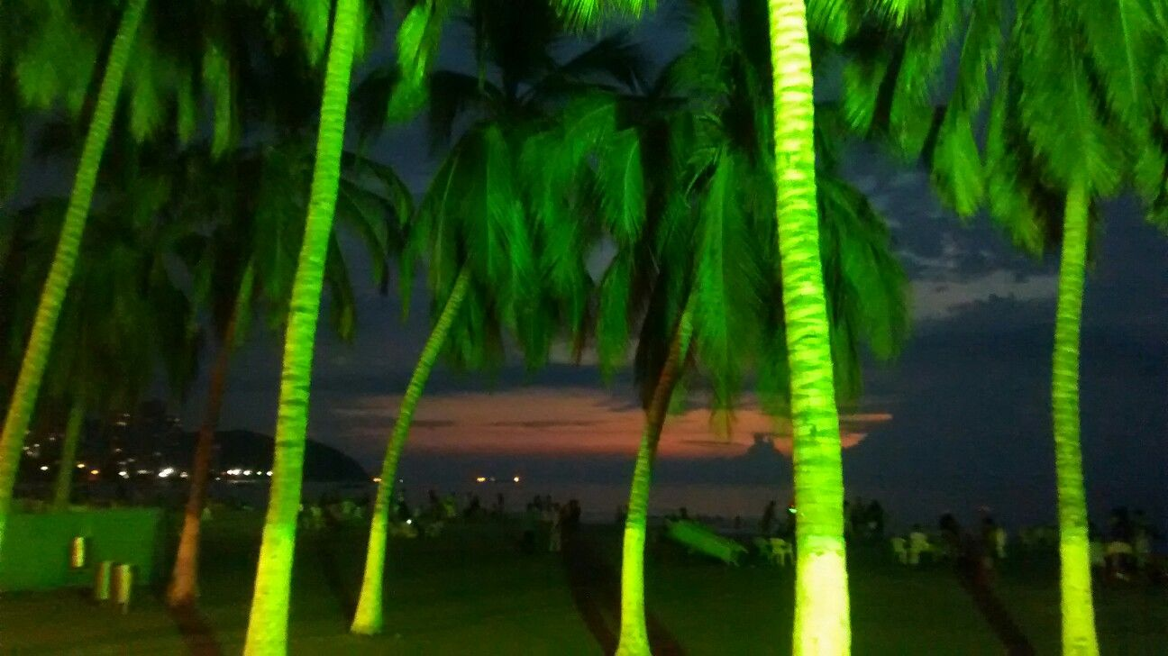 Atardecer en el balneario turístico del Rodadero, Santa Marta ...