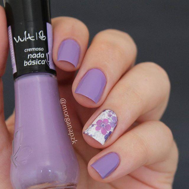 "Esmalte ""Nada Básica"" da @vult_cosmetica e película floral da @esmaltebonito | Unhas roxas com flores | Flowers nail art | nail design | Purple | Lilac Nails | Instagram by @morganapzk"