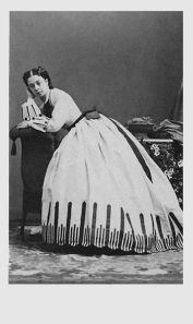 1865. Princesa Pauline Metternich con un vestido de Worth. Fotografía de Andre Adolphe Eugene Disderi