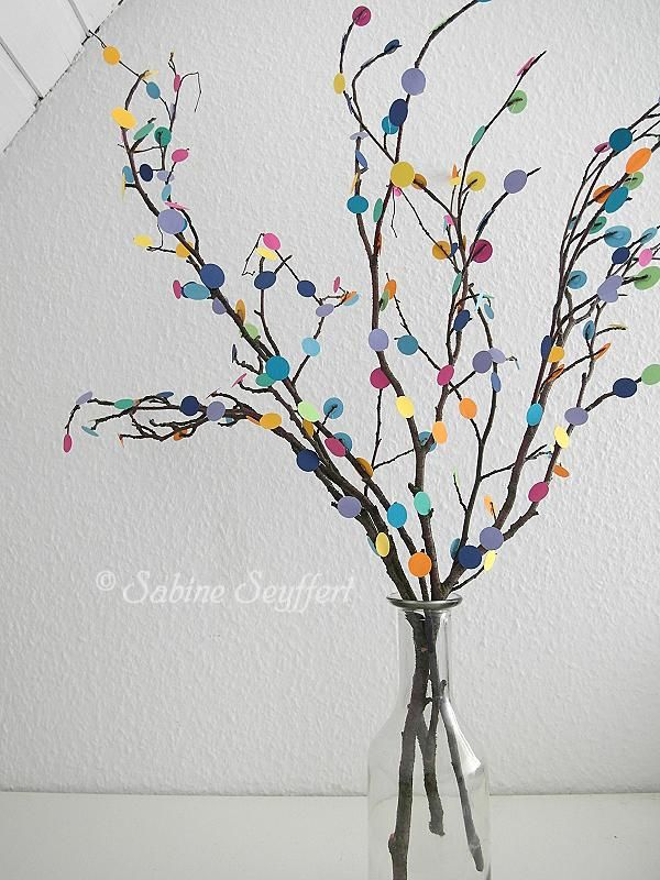 Strauß aus Ästen und bunten Pappresten als Konfetti / Bouquet made of twigs and scraps of coloured cardboard / Upcycling #twigcrafts