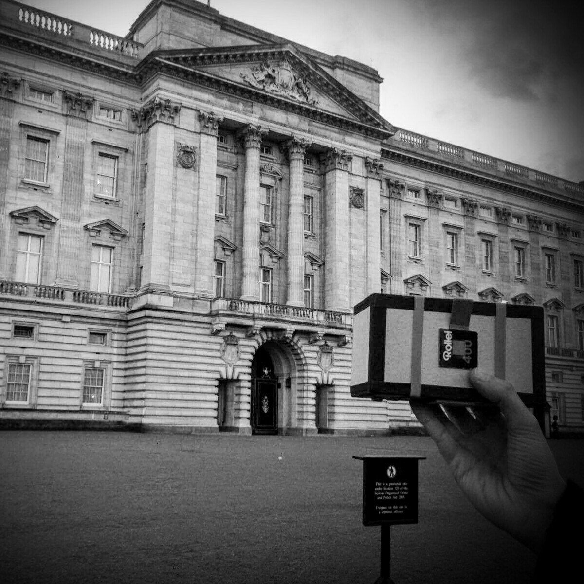 sightseeing TOSCA....  #pinhole #toscapinhole #pinholetosca #pinholecamera #estenopeica #stenope #stenopeica #handmade #alternativeprocesses #imagerie #film #120film #analogico #argentique #buckinghampalace #helloelizabeth #london