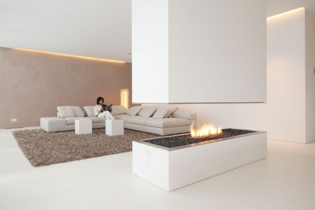 wohnzimmer-minimalistisch-weiss-beige-kaminofen-indirekte ...